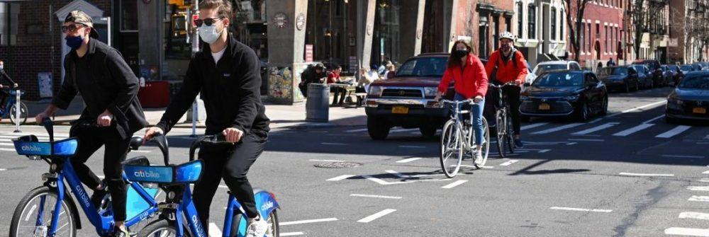 bici classiche ed elettriche in strada